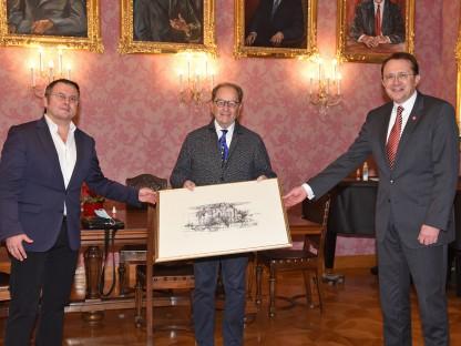 Bürgermeister Matthias Stadler überreicht Dr. Engel als Dank ein Bild der Synagoge. Kurt Schmid (links) übernimmt nun die Tätigkeit als Obmann. Foto: Josef Vorlaufer