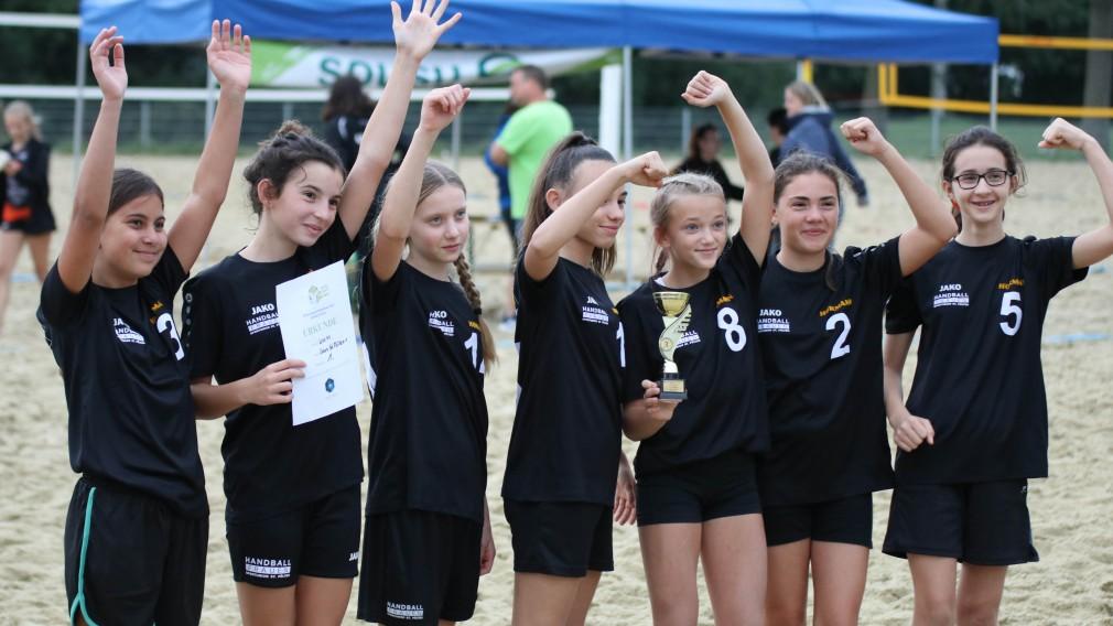 das St. Pöltner Handballteam der U11 Damen jubelnd mit Urkunde und Pokal