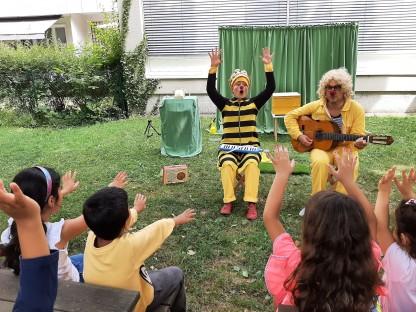 Laura Nöbauer und Edouard Raix vom Bienen Clown-Theater animierten die Kinder zum Mitmachen. Foto: Kindergarten Maria Theresia