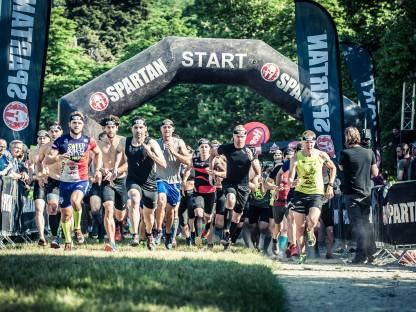 Gruppe von Sportlern beim Start. (Foto: Stefan Leitner).