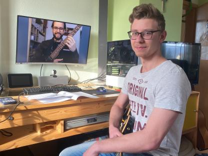 Schüler Alexander Fichtinger nimmt digitalen Gitarren-Unterricht. (Foto: Fichtinger)