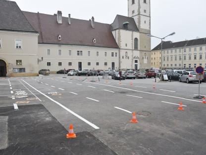 Neue Bodenmarkierungen zur neuen Parkordnung am St. Pöltner Domplatz. (Foto: Josef Vorlaufer)