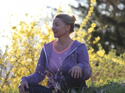 Eine Frau im Schneidersitz die meditiert. (Foto: S. Schuster)