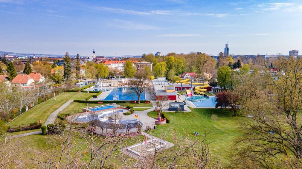 Luftaufnahme vom städtischen Sommerbad. (Foto: Arman Kalteis)