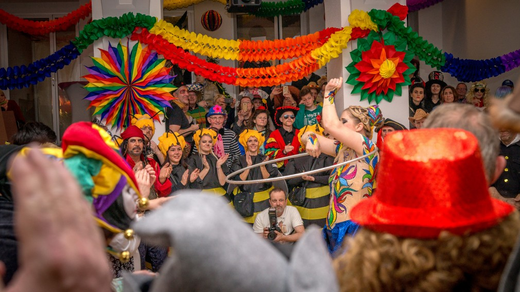 Faschingsfeier im Rathaus mit vielen verkleideten Menschen. (Foto: Tanja Wagner)