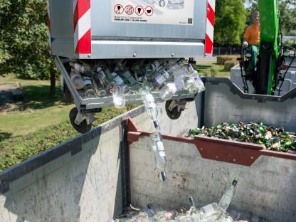 Altglascontainer mit der Aufschrift Weissglas wird geleert. (Foto: Abfallwirtschaft St. Pölten)