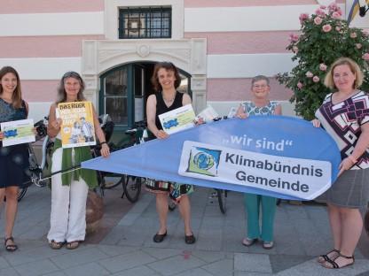 Ein Gruppenfoto: Fünf Damen halten ein  Transparent und Broschüren in der Hand.