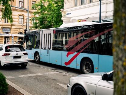 Bus vor dem St. Pöltner Bahnhof. (Foto: Arman Kalteis)