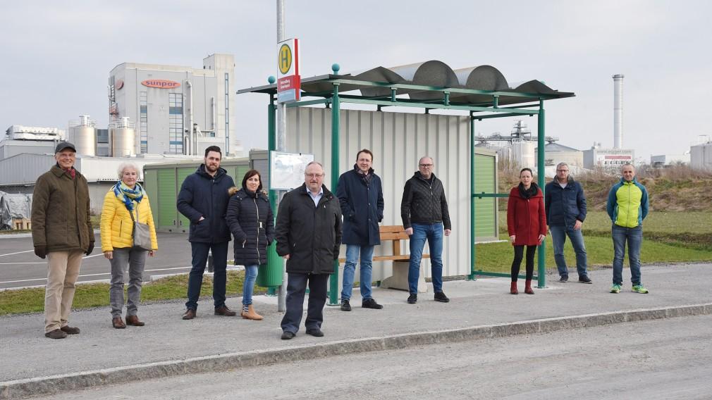 Eine Menschengruppe mit Bürgermeister Matthias Stadler beim LUP-Wartehaus in Unterradlberg. (Foto: Josef Vorlaufer)