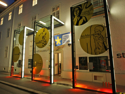 Der beleuchtete Eingang des Stadtmuseums bei Nacht. (Foto: Josef Vorlaufer).