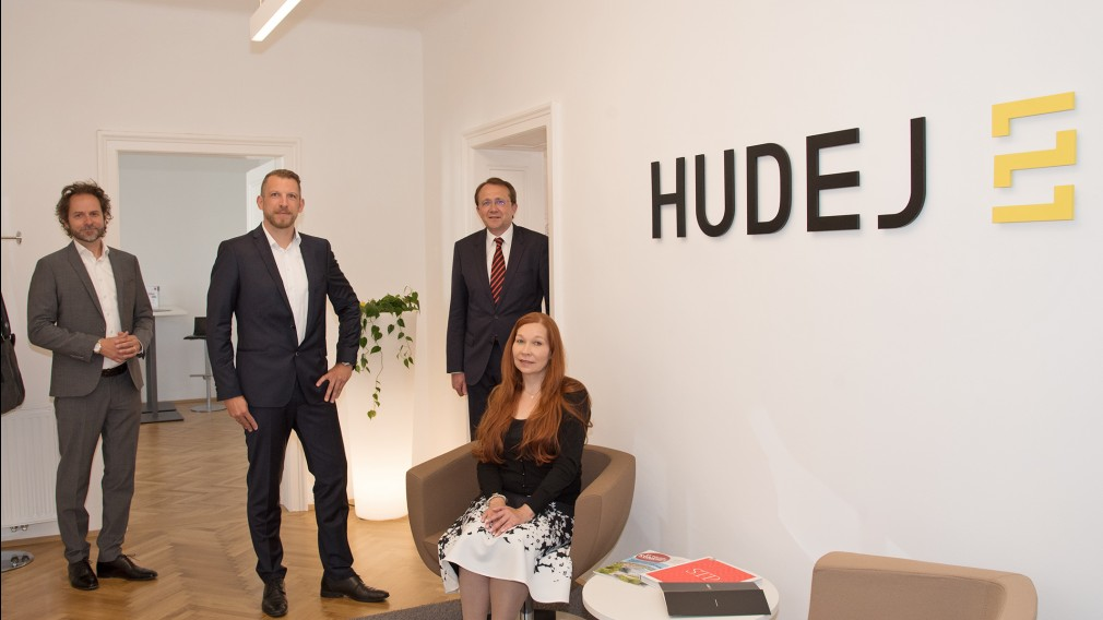 Jürgen Huber, Hudej-Standortleiter St. Pölten und seine Mitarbeiter bei einem Termin mit Bürgermeister Stadler im neuen Büro der Hudej Gruppe in St. Pölten.