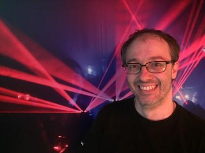 Thomas Pesler Portrait, im Hintergrund Laser. (Foto: NXP Lasertron/Voak)