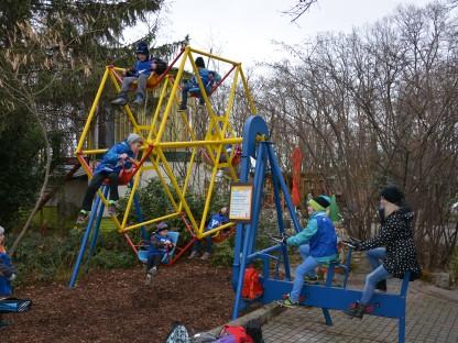 Kinder auf Spielgerät. (Foto: Thomas Baumgartner)