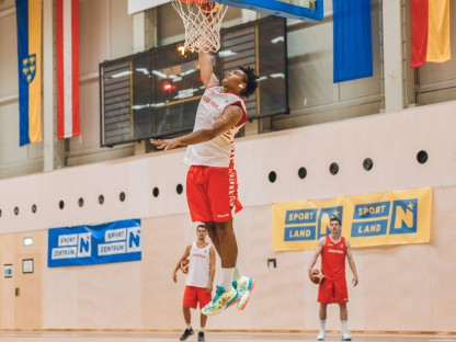 Basketballspieler bei einem Dunk. (Foto: Andreas Pichler)