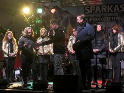 Dietmar Zeiss übergibt im Beisein von Bürgermeister Matthias Stadler eine Spende in der Höhe von 365 Euro an Gerhard Hönigl. (Foto: Arman Behpournia)