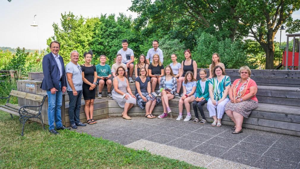 Ein Gruppenfoto im Schulgarten der Mittelschule Pottenbrunn.