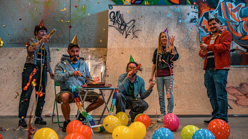 Lena Schmaldienst, Michael Hogl, Lukas Schmied, Tanja Schönanger und Gregor Unfried mit Luftballons und anderen Partyaccessoires in der Skatehalle im Jugendzentrum Steppenwolf. (Foto: Arman Kalteis)