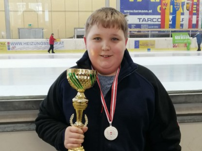 Junger Stocksport Athlet mit Trophäe
