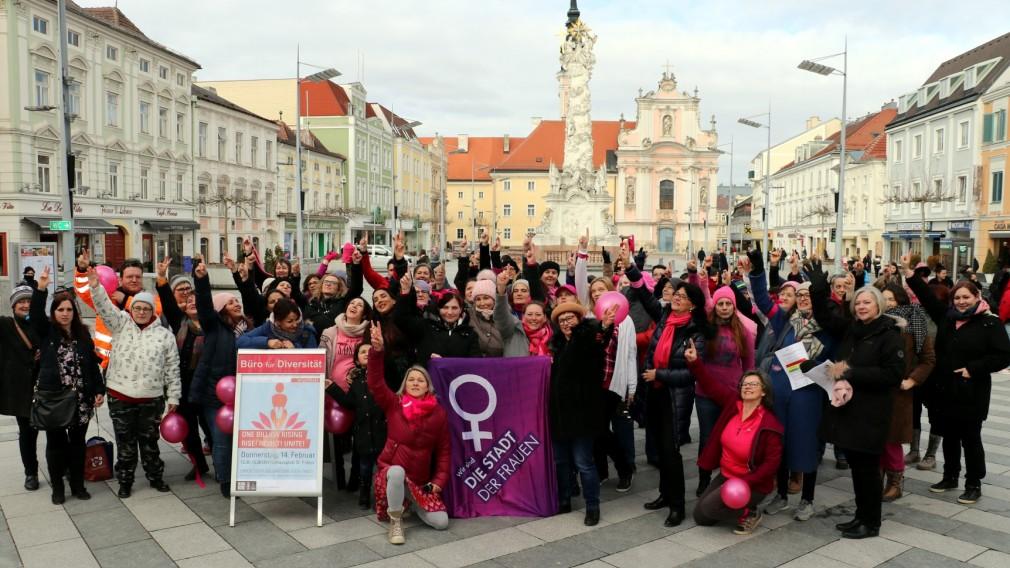 Frauengruppe am Rathausplatz. Foto:Salam Al Mujmee