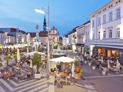 Bild vom Rathaus auf die Gastgärten am Rathausplatz. (Foto: Vorlaufer)