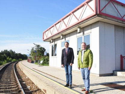 Zwei Personen bei einer Bahnstation. (Foto: Vorlaufer)