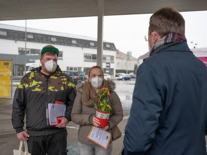 Drei Personen im Gespräch, dabei handelt es sich um den Bürgermeister von St. Pölten und einem jungen Ehepaar.