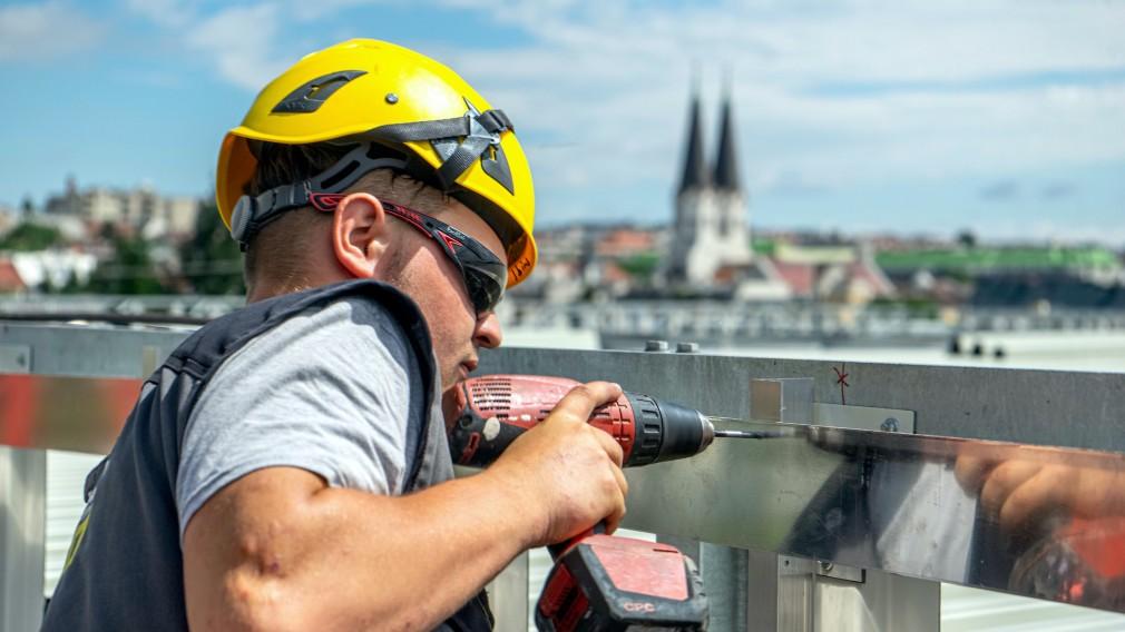 Lehrling bei Fassadenarbeiten. (Fotocredit: Pasteiner GmbH).