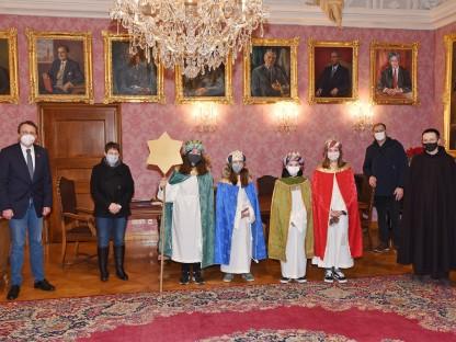 Bürgermeister Matthias Stadler mit den Sternsingern und Begleitung stehend im Bürgermeisterzimmer. (Foto: Josef Vorlaufer).