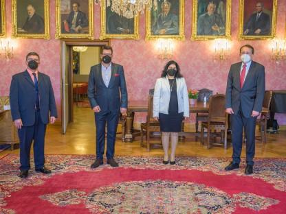 Der kubanische Konsul Gilberto Espineira Aquino, Abgeordneter zum Nationalrat Rober Laimer, die kubanische Botschafterin Loipa Sánchez Lorenzo und Bürgermeister Matthias Stadler im Bürgermeisterzimmer des St. Pöltner Rathauses.