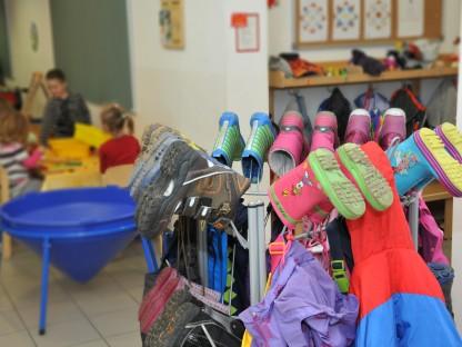Bunte Jacken und Kinderschuhe in einer Kindergartengarderobe. (Foto: Josef Vorlaufer)