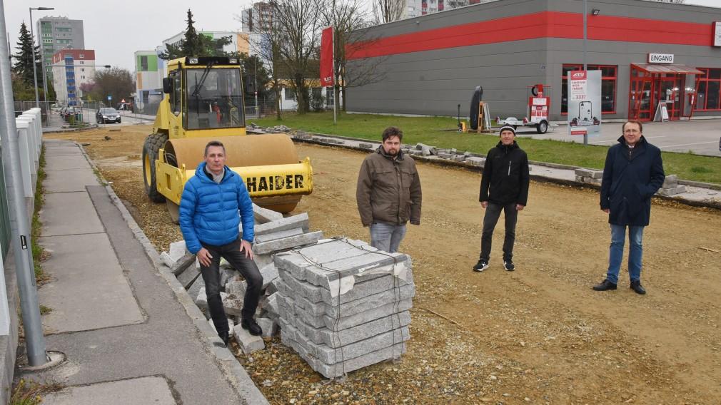 Vier Personen bei der Baustelle nahe der Franz Jonas Volksschule. (Foto: Josef Vorlaufer