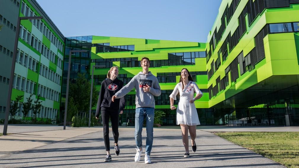 Kinder vor Schulgebäude. (Foto: HTL St. Pölten).