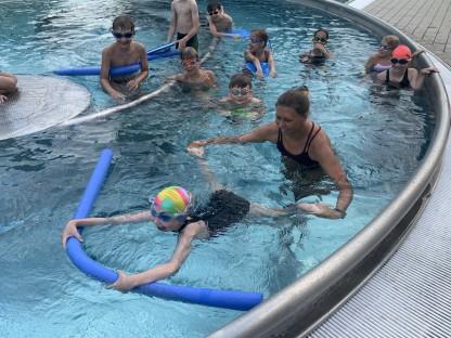 Kinderschwimmkurs im Becken. (Foto: Schwarz)