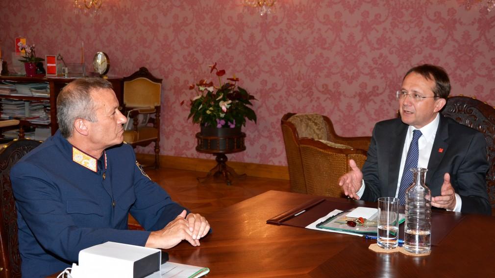 Der neue Landespolizeidirektor von Niederösterreich Franz Popp sitzt am Tisch mit Bürgermeister Matthias Stadler (Foto: Corina Muzatko).