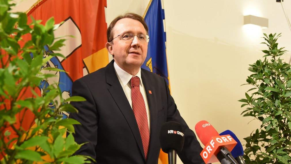 Bürgermeister Stadler im Gemeinderatssitzungssaal. (Foto: Josef Vorlaufer)