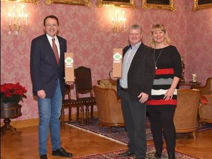 Bürgermeister Matthias Stadler und das Winzer-Ehepaar Andrea und Harald Hoch mit dem Landeshauptstadtwein 2020.