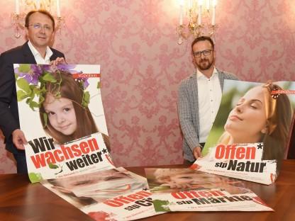 Bürgermeister Mag. Matthias Stadler und Marketing St. Pölten Leiter DI (FH) Matthias Weiländer zeigen die neuen Plakatsujets. (Foto: Josef Vorlaufer)