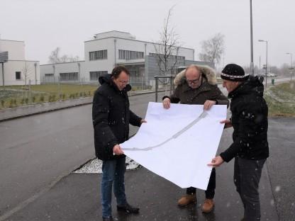 Drei Personen mit großem Plan in der Eichendorffstraße. (Foto: Vorlaufer)