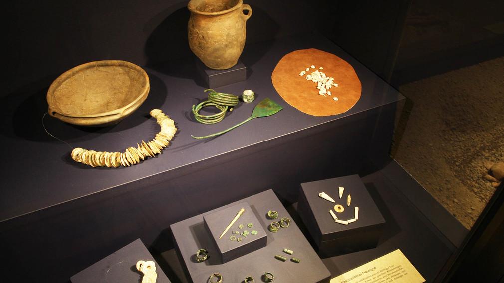 Schaukasten im Stadtmuseum mit Frühbronzezeitlichen Grabbeigaben eines Frauengrabes. (Foto: Josef Vorlaufer)