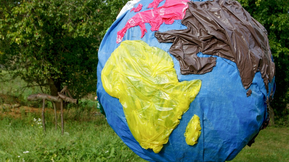 Weltkugel aus Plastik zur Bewerbung des Umweltpreises 2020. (Foto: Andreas Peham)
