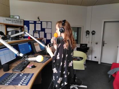 Medientechnik-Studentin Sophie Matula bei der Sommermoderation im Studio. (Foto: Bernhard Gribitz)
