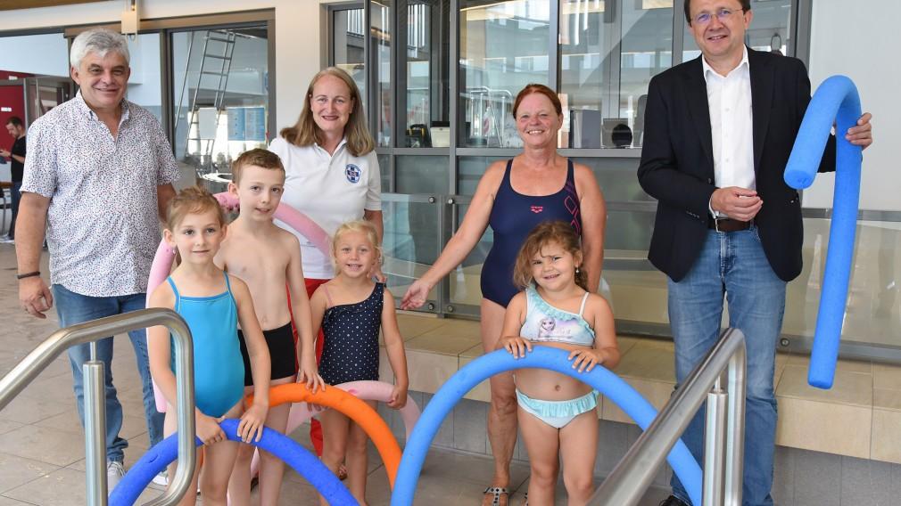 Acht Personen beim Nichtschwimmerbecken in der Aquacity. (Foto: Vorlaufer)
