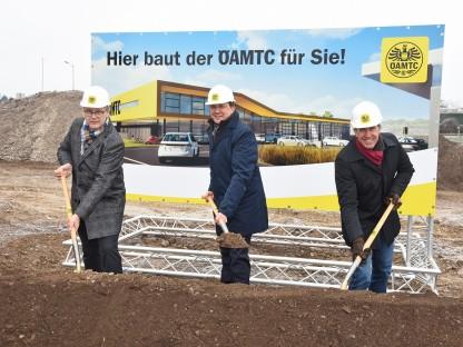 ÖAMTC-Landesdirektor Ernst Kloboucnik, Bürgermeister Matthias Stadler und der Kaufmännische Direktor Oliver Krupitza beim Spatenstich für den neuen Stützpunkt. (Foto: Josef Vorlaufer)