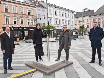 Landtagsabgeordneter Martin Michalitsch und Bürgermeister Matthias Stadler eröffneten die Kunstinstallation von Verena Tscherner und Joerg Auzinger im einem ersten Blick aufs Rathaus durch das Aussichtfernrohr (Foto: Josef Vorlaufer).
