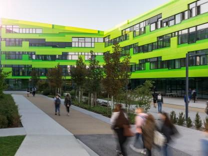 Schüler vor Schulgebäude der HTL. Foto: Architektur 1/HTL St.Pölten).