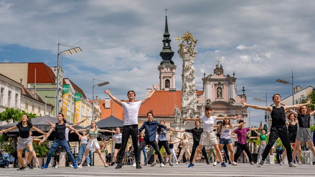 Das Europaballett führt ein St. Pöltener Rathausplatz ein Stück auf. Im Hintergrund die Dreifaltigkeitssäule und die Franziskanerkirche