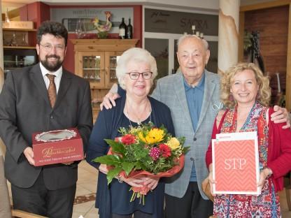 Vizebürgermeister Harald Ludwig und Bundesrätin Eva Prischl stellten sich mit einer Torte, einem Blumenstrauß und einem St. Pölten-Bildband bei Ehepaar Margit und Franz Inreiter als Gratulanten ein. (Foto: Josef Vorlaufer)