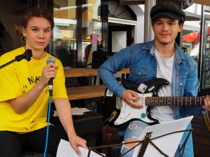 Olivia Goga singt vorm Vino - begleitet von David Luigi Roșu. Fotos: Rlebnisreich