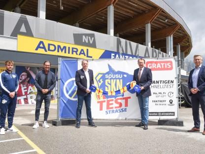 Personen vor der neuen Teststraße bei der NV Arena. (Foto: Vorlaufer)