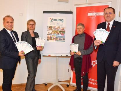 """Schulamtsleiter Lic.iur. Andreas Schmidt MBA, MPA, DSA Mag.a(FH) Gerda Bernauer und DSAin Kathrin Liebing vom Verein """"young"""" und Bürgermeister Mag. Matthias Stadler. (Foto: Corina Muzatko)"""